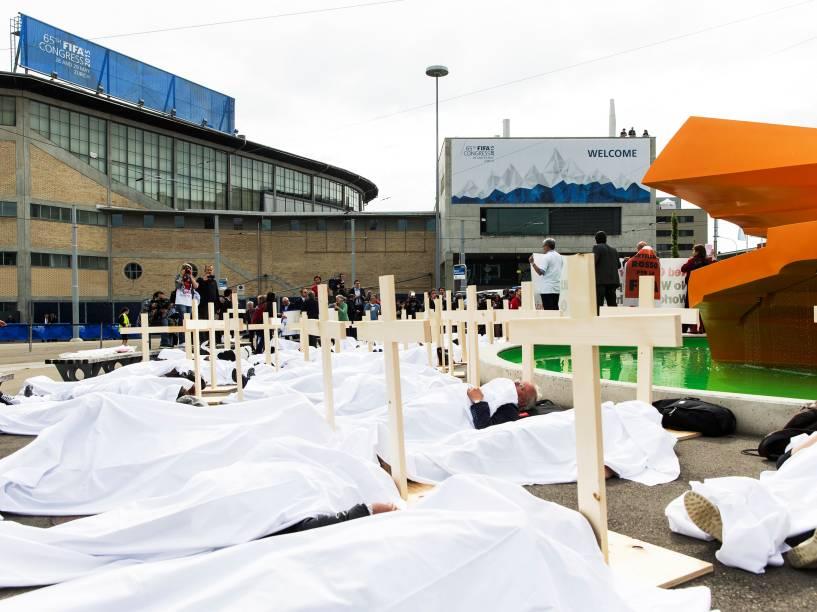 Ativistas se deitam com cruzes em frente à sede da Fifa na Suíça durante protesto por direitos trabalhistas - 29/05/2015