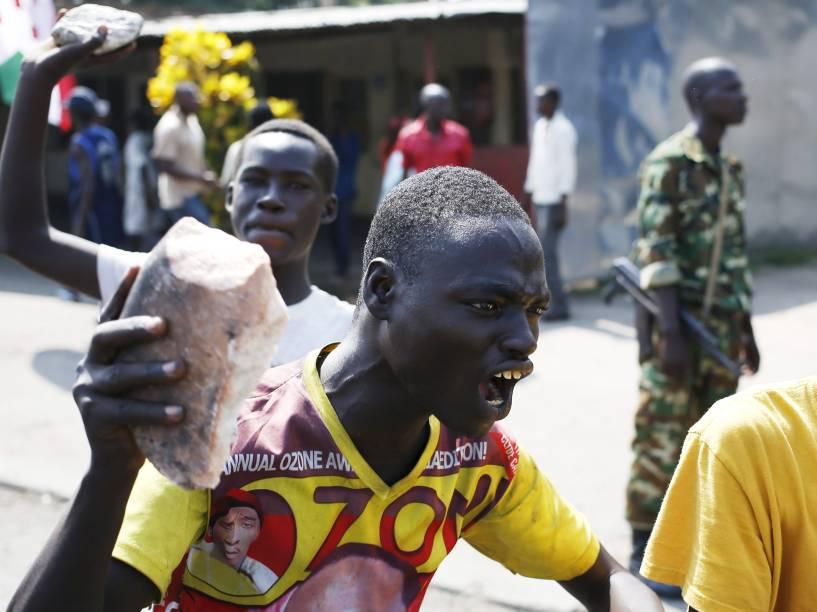 Em Bujumbura, no Burundi, manifestante segura uma pedra durante protesto contra a decisão do presidente Pierre Nkuzunziza de concorrer a um terceiro mandato - 29/05/2015