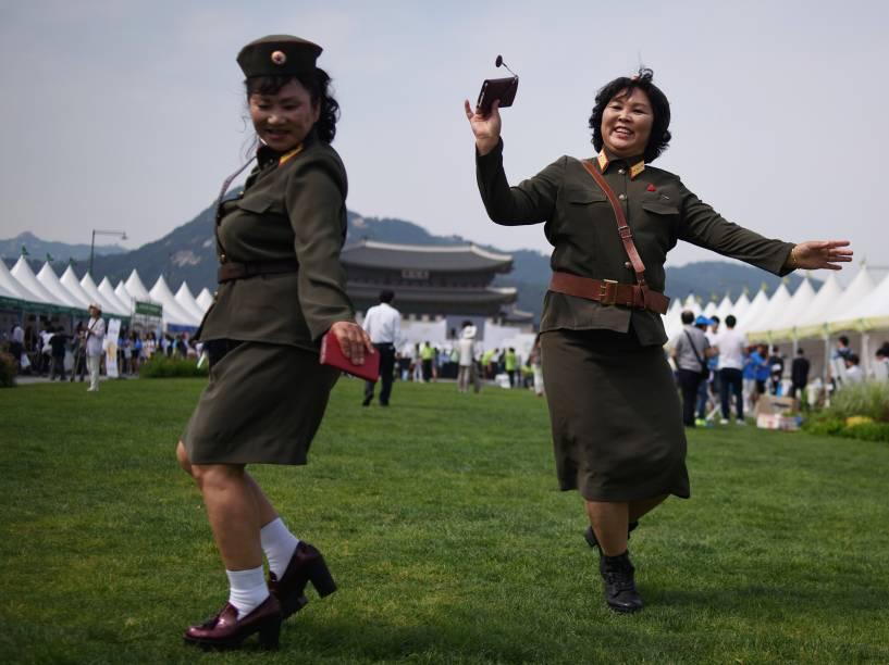 Desertoras norte-coreanas vestidas com uniformes militares dançam na Praça Gwanghwamun em Seul, na Coreia do Sul, durante evento que promove a unificação entre as Coreias - 29/05/2015