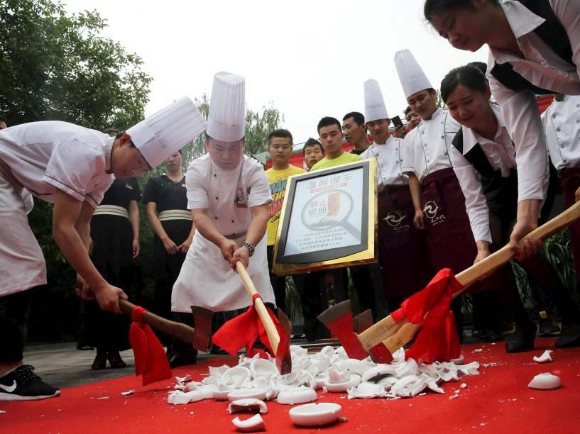 Equipe de restaurante em Pequim destrói cinzeiros a machadas após início de lei que proíbe fumar em restaurantes, escritórios e transporte público - 01/06/2015