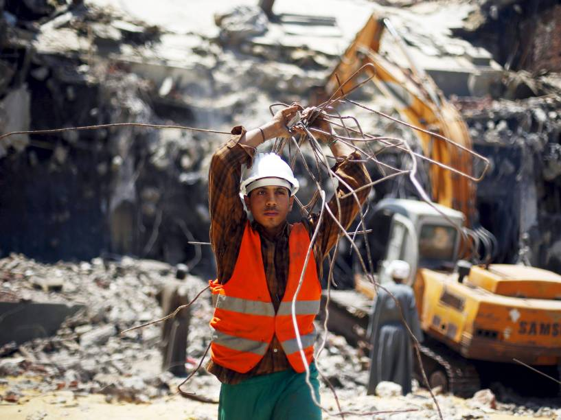 Trabalhador egípcio visto durante a demolição da sede do partido político do ex-presidente Hosni Mubarak, no Cairo - 01/06/2015