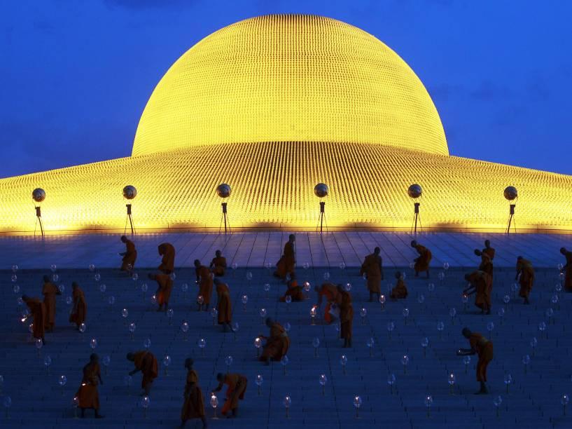 Nos arredores de Bangkok, na Tailândia, monges budistas acendem velas durante comemoração anual ao nascimento de Buda - 01/06/2015