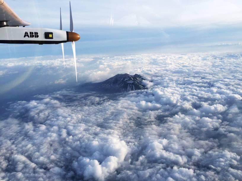 Em foto do piloto suíço, André Borschberg, o Solar Impulse 2 é visto entre nuvens no Monte Nagano, no Japão, antes de fazer pouso não programado por causa do mau tempo na região - 01/06/2015