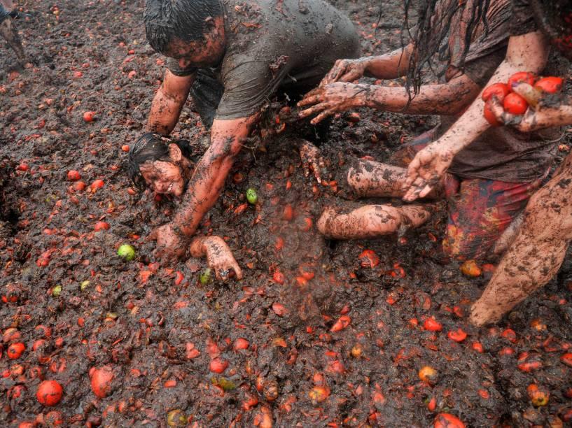 """Pessoas participam do nono festival anual de guerra de tomates conhecido como """"Tomatina"""", em Sutamarchán, na Colômbia"""