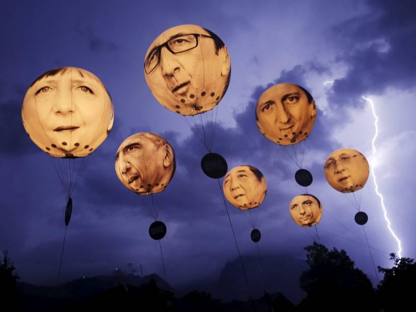 Raio é visto nas montanhas alpinas enquanto balões com os rostos dos líderes do G7, reunidos na cidade alemã de Garmisch-Partenkirchen, flutuam no ar - 07/06/2015