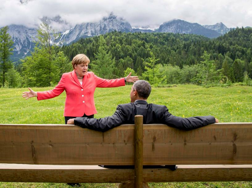 A chanceler alemã, Angela Merkel, conversa com o presidente norte-americano, Barack Obama, do lado de fora do castelo de Elmau, Alemanha, durante as reuniões do G7 - 08/06/2015