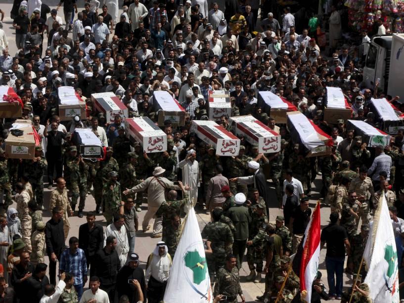 Membros de grupo xiita carregam os caixões de pessoas que morreram em combates contra militantes do Estado Islâmico, em Najaf, Bagdá - 08/06/2015