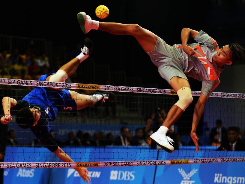 Atletas saltam durante competição de sepaktakraw em Singapura - 08/06/2015