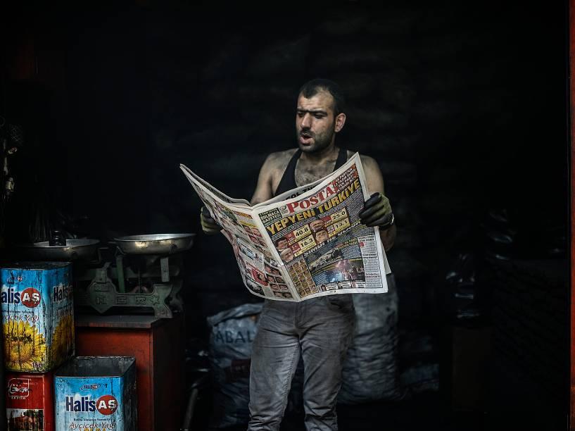 Homem lê um jornal com notícias das eleições parlamentares em Diyarbakir, na Turquia. O partido governista, de raízes islâmicas, perdeu a maioria absoluta do parlamento pela primeira vez desde a conquista do poder há 13 anos - 08/06/2015