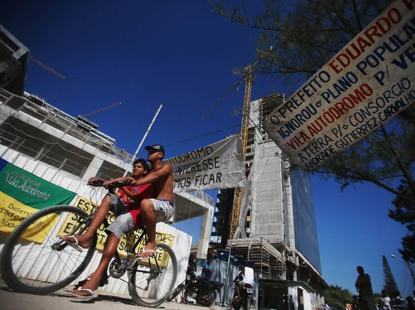 Moradores remanescentes e simpatizantes se reúnem em um pequeno protesto na comunidade Vila Autódromo. Quase todos os moradores foram removidos do local para a construção do Parque Olímpico, na Barra da Tijuca, Rio de Janeiro - 08/06/2015