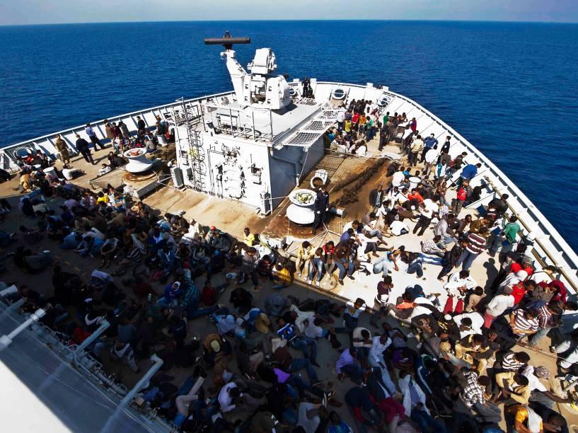 Imigrantes são transportados por um navio da Marinha Real Britânica após serem resgatados no Mar Mediterrâneo - 07/06/2015