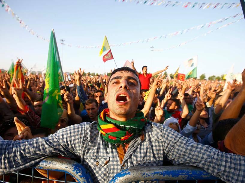 Simpatizantes da legenda pró-curdos, Partido Democrático do Povo (HDP) comemoram a vitória nas eleições parlamentares, em Diyarbakir, na Turquia - 08/06/2015