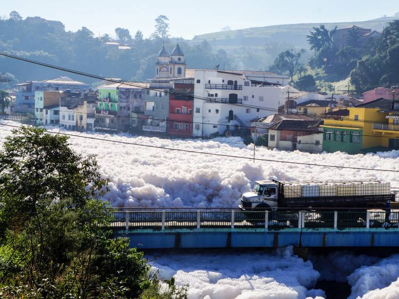 Imagem divulgada hoje pela prefeitura de Pirapora mostra concentração de espuma no rio Tietê. A formação de espuma está relacionada a baixa vazão da água e a presença de esgoto doméstico não tratado. O mau cheiro intenso gerado pela espuma preocupa os moradores da região