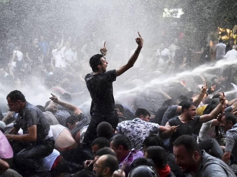 Polícia usa canhões de água para dispersar manifestantes que protestam contra o aumento da energia elétrica em Yerevan, na Armênia - 23/06/2015