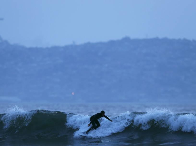 Surfista é fotografado na Praia de La Serena, no Chile - 23/06/2015