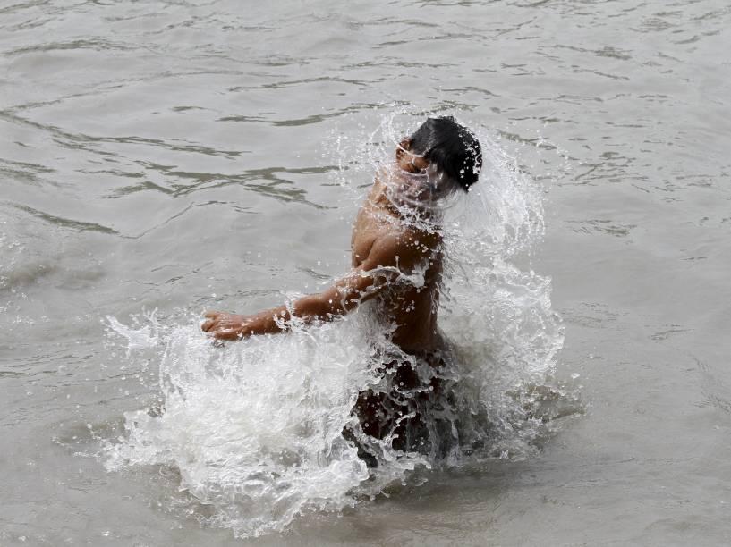 Homem toma banho em rio para se refrescar durante um dia quente em Peshawar, Paquistão. Onda de calor já foi responsável pela morte de mais de 400 pessoas em Karachi, Paquistão, nos últimos três dias - 23/06/2015