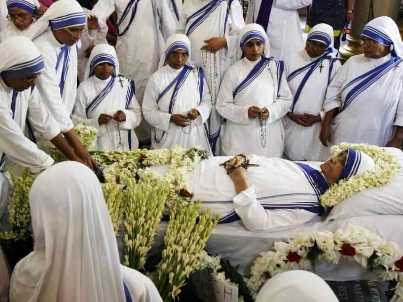 Freiras católicas Missionárias da Caridade, a ordem fundada por Madre Teresa, se reúnem em torno do corpo da Irmã Nirmala Joshi, sucessora da beata, dentro de uma igreja em Calcutá, na Índia - 23/06/2015
