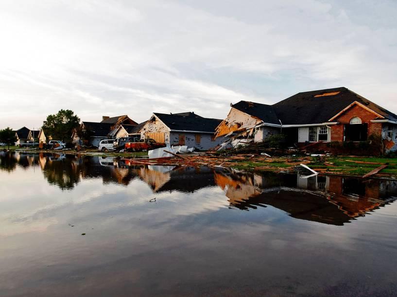 Vista de uma rua inundada e casas danificadas depois da passagem de um tornado em Coal City, Illinois (EUA) - 23/06/2015