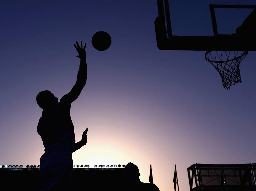 Em Baku, no Azerbaijão, o atleta Orhan Haciyeva da seleção local faz arremesso durante partida de basquete 3x3 contra a República Checa válida pelos Jogos Europeus - 23/06/2015