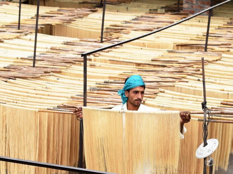 Em Lahore, no Paquistão, trabalhador preparou o Seviiyan, que é usado como prato tradicional pela comunidade muçulmana durante o mês sagrado do Ramadã
