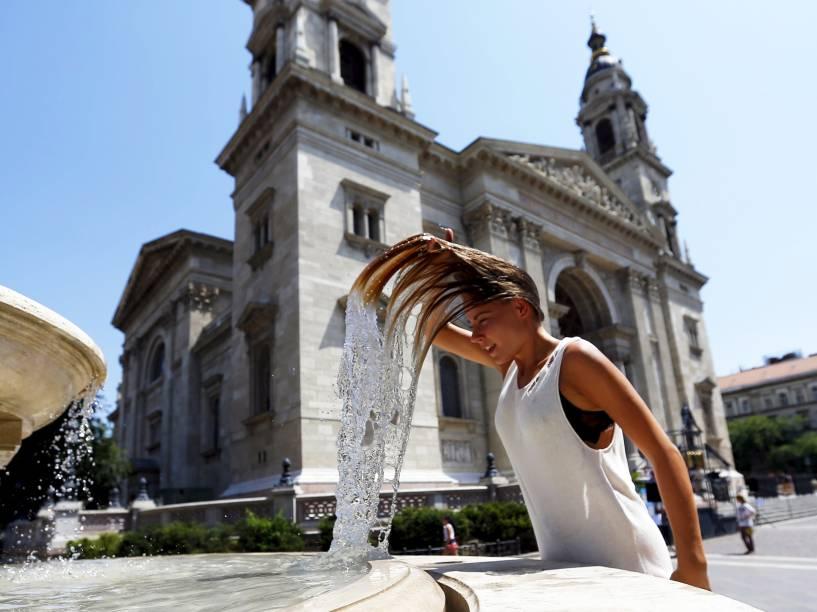 Durante dia quente, mulher mergulhou a cabeça em uma fonte em Budapeste, Hungria