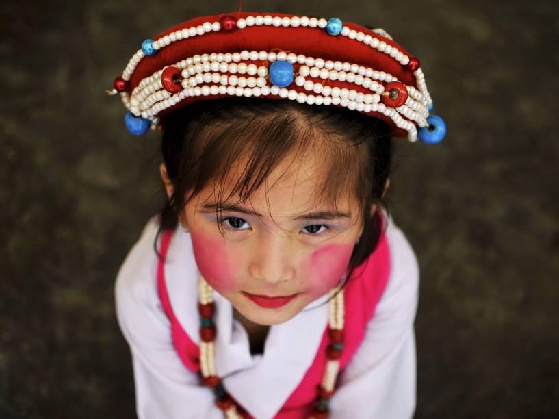 Menina tibetana usou um traje tradicional durante as celebrações do aniversário do líder espiritual tibetano Dalai Lama, no Mosteiro Sera Jey em Bylakuppe no sul do estado de Karnataka, na Índia