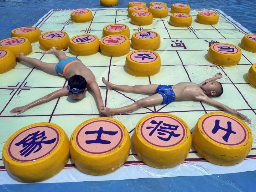 Crianças brincaram em um tabuleiro de xadrez gigante localizado em um parque aquático de Chongqing, na China