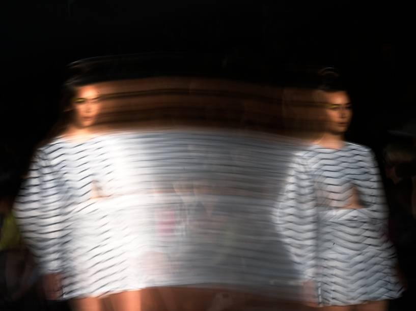 Durante a Semana de Moda em Berlim, na Alemanha, modelos desfilaram uma criação do estilista Pearly Wong