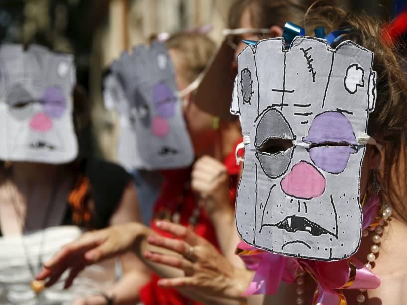 Manifestantes mascarados fizeram uma performance satírica enquanto pediam o fim de conteúdo de rádio e televisão que tenha atores e cantores russos que apoiam a anexação da Crimeia, em frente ao Ministério da Cultura em Kiev, Ucrânia