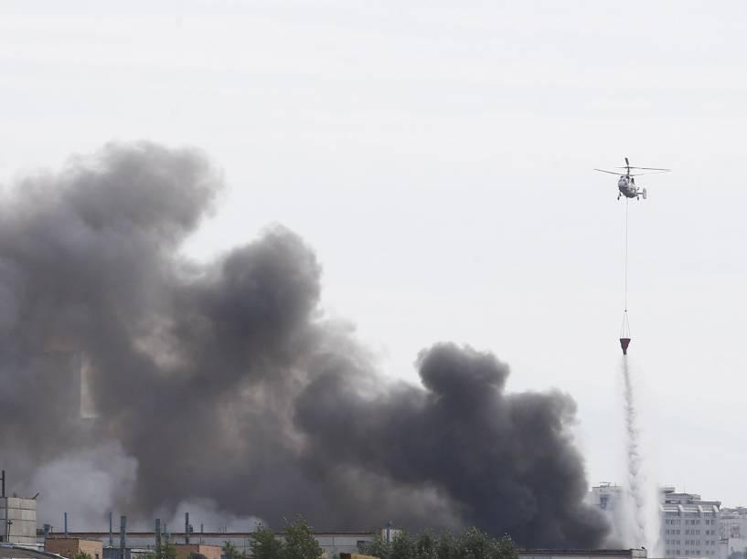 Helicóptero joga água em armazém em chamas de uma montadora de veículos em Moscou, Rússia - 08/07/2015