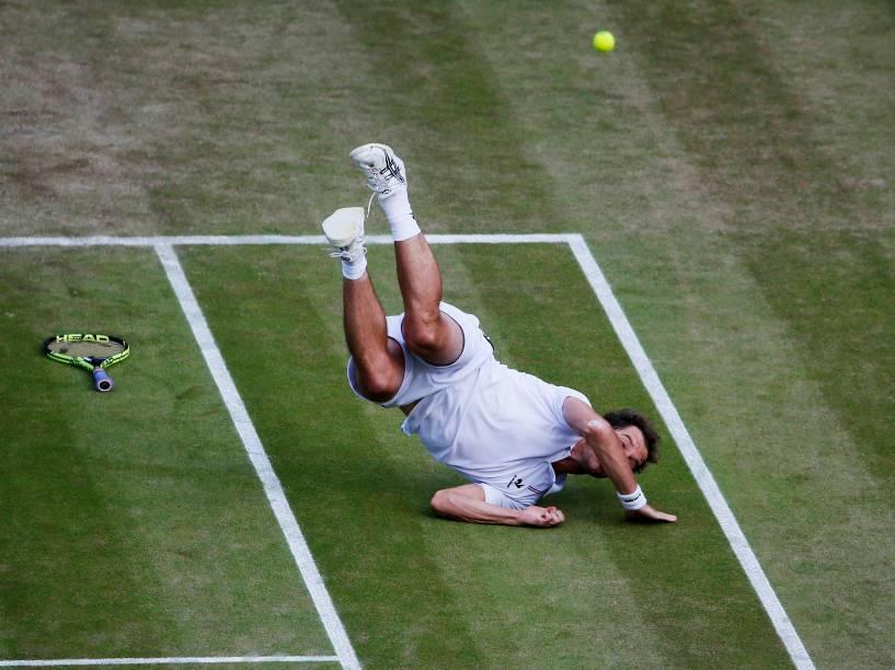 O tenista francês Richard Gasquet cai na quadra durante a partida contra o suíço Stanislas Wawrinka, válida pelas quartas de final torneio de Wimbledon em Londres, na Inglaterra - 08/07/2015