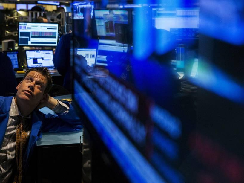 Corretor olha para uma tela durante a interrupção do pregão da bolsa de valores de Nova York. A bolsa ficou suspensa por quase 4 horas devido a problemas técnicos - 08/07/2015