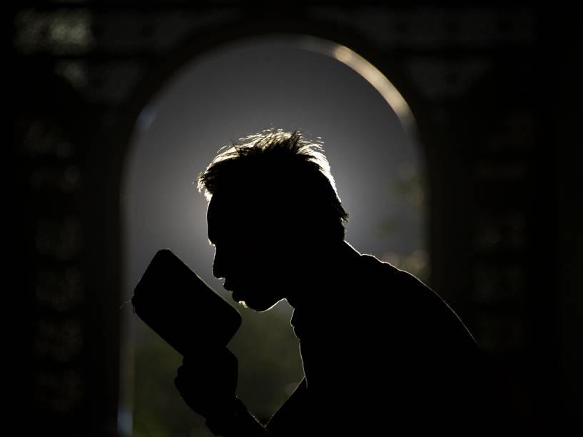 Homem rezou com o Alcorão durante o mês do Ramadã em uma mesquita em Surabaya, na ilha de Java Oriental, na Indonésia