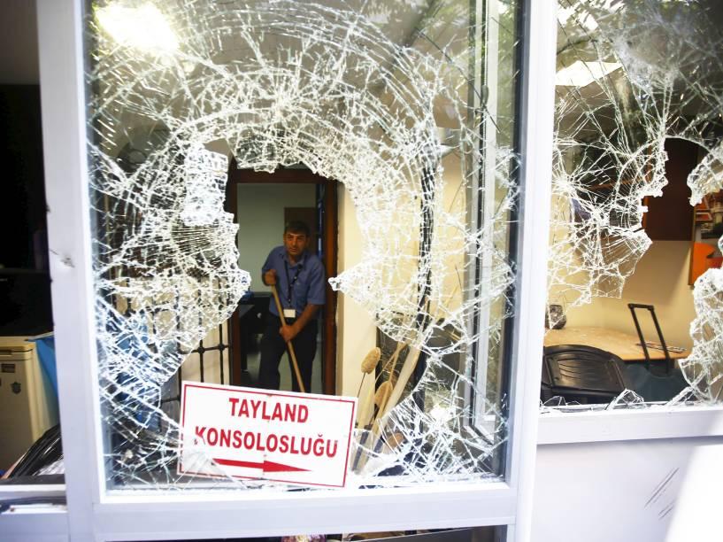 Funcionário retirou os destroços do consulado tailandês em Istambul, na Turquia. O consulado foi atacado por manifestantes durante protesto contra a expulsão de imigrantes de Bancoc
