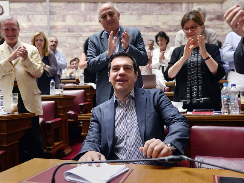 O primeiro-ministro grego, Alexis Tsipras, é aplaudido por legisladores antes de encontro no parlamento Grego, em Atenas, para votar o apoio ao plano de reforma que o governo enviou aos credores - 10/07/2015