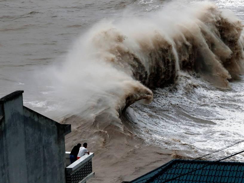 Enormes ondas se formam com a passagem do tufão Chan-hom perto de Wenling, na província de Zhejiang, leste da China - 10/07/2015