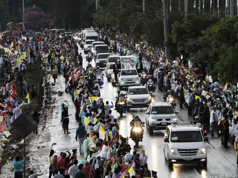 Papa Francisco saúda a multidão de fiéis na chegada à cidade de Luque durante visita ao Paraguai - 10/07/2015