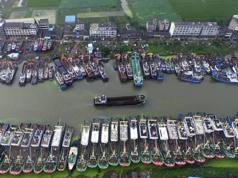 Vista aérea mostra barcos ancorados lado a lado por causa da aproximação do tufão Chan-Hom na província de Zhejiang, na China - 10/07/2015