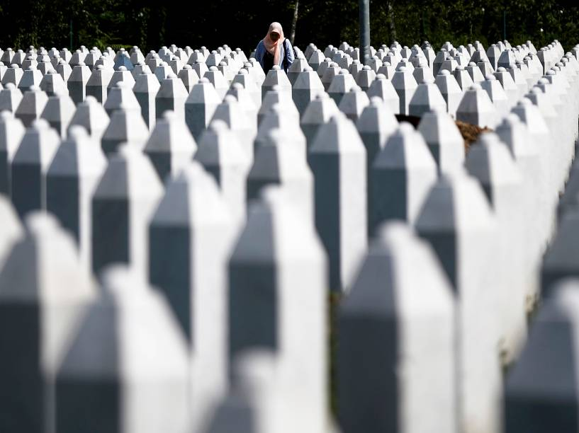 Mulher foi fotografada entre lápides no memorial das vítimas de Srebrenica no leste da Bósnia e Herzegovina