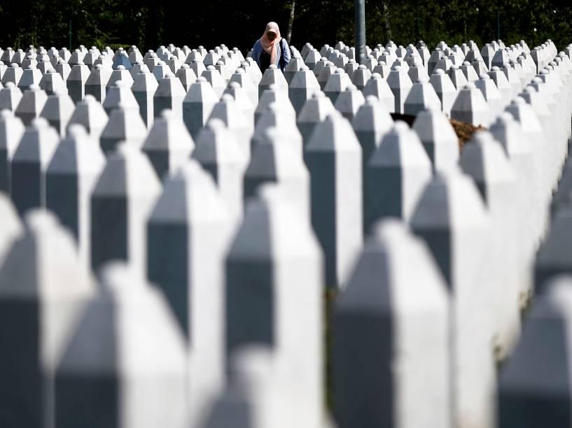 Mulher é fotografada entre lápides no memorial das vítimas de Srebrenica no leste da Bósnia e Herzegovina. Os corpos das 136 vítimas do massacre de julho de 1995 serão enterrados no próximo sábado - 10/07/2015