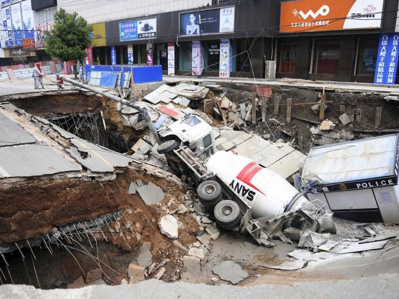 Um caminhão e uma cabine da polícia foram engolidos por uma cratera que se abriu no meio de uma rua em Dingyuan, na província de Anhui, na China. Segundo a mídia local, o buraco de aproximadamente 100 m² deixou três pessoas feridas