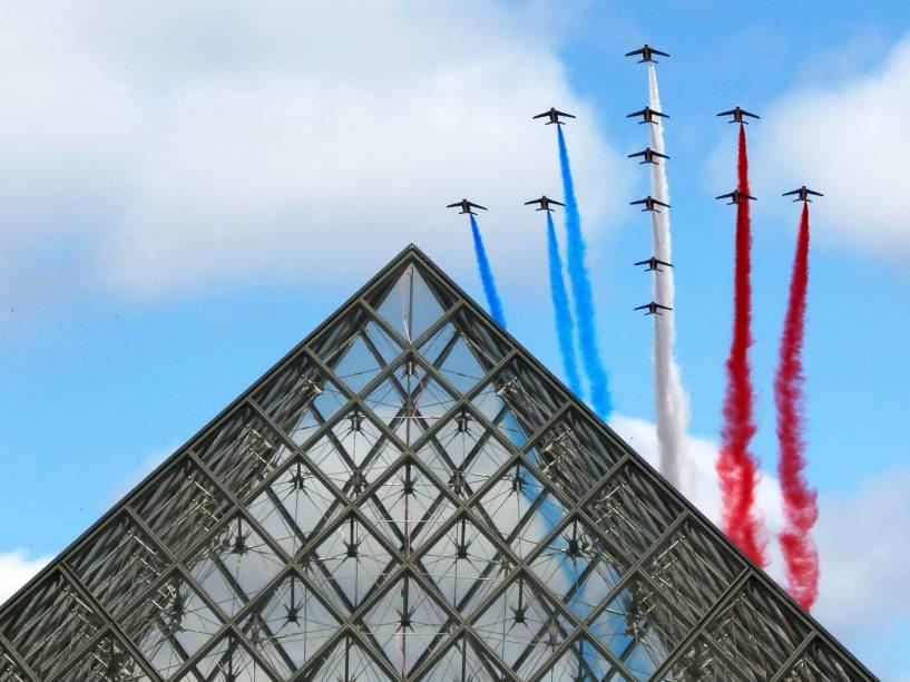 Alpha-Jets da Força Aérea Francesa fizeram acrobacias com as cores da bandeira nacional, durante o tradicional desfile militar em Paris