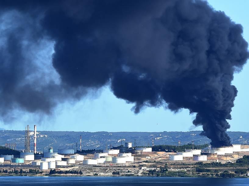 Perto de Marselha, no sul da França, explosões provocaram incêndio em uma indústria petroquímica. De acordo com a polícia, ninguém ficou ferido
