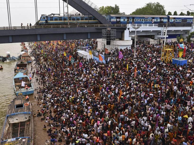 Devotos se reuniram às margens do rio Godavari, em Andhra Pradesh, na Índia, para celebrar o festival hindu Maha Pushkaralu. Tumulto no local deixou cerca de 27 pessoas mortas; a tragédia aconteceu horas depois do início da peregrinação