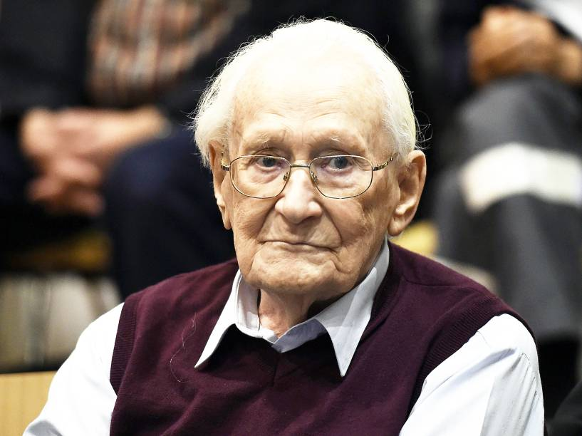 Oskar Gröning, de 94 anos, foi condenando a quatro anos de prisão por cumplicidade em assassinatos ocorridos em 1944 no campo de concentracão de Auschwitz