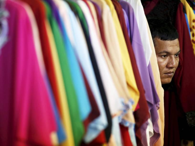 Em um mercado tradicional de Jacarta, na Indonésia, comerciante foi fotografado entre roupas de sua tenda