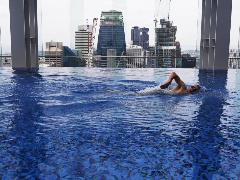 O preparador físico Peter Yeoman, nadou na piscina de uma academia no distrito empresarial de Singapura