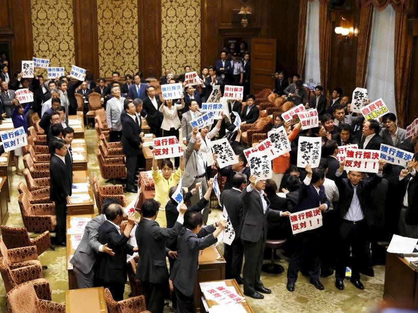 Parlamentares de oposição ao primeiro-ministro japonês, Shinzo Abe, protestaram durante sessão no Congresso