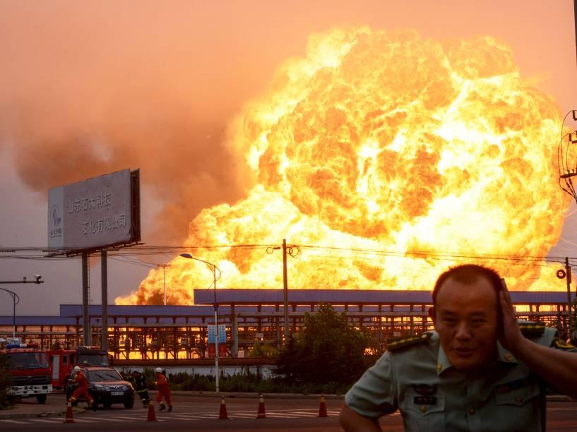 Guarda corre durante explosão em uma indústria petroquímica em Rizhao, na província de Shandong, China. De acordo com a mídia local, a explosão seguida de um incêndio, foi causada pelo vazamento de hidrocarboneto- 16/07/2015