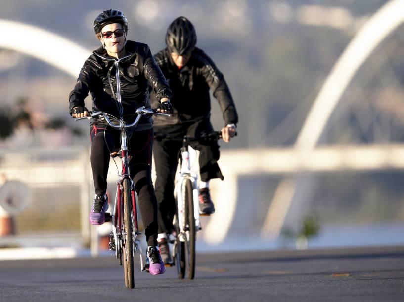 A presidente Dilma Rousseff é vista andando de bicicleta próximo ao Palácio da Alvorada, Brasília (DF) - 16/07/2015